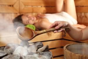 In der Saunakabine saunieren