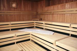Ein Großes Badehandtuch sollte auf die Holz-Bänke vor dem saunieren gelegt werden