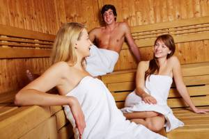 Mann und Frauen in gemischter Sauna in kein Problem